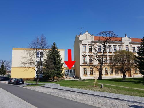 Aktuálně hlavní vchod doškolní budovy