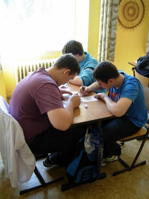 Láďa sMartinem soutěží vřešení sudoku vPoděbradech