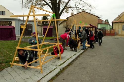 Adventní slavnosti 12/2013 - stavba stánků